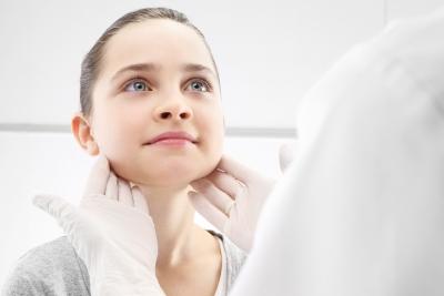 Dziewczynka wgabinecie lekarza pediatry, badanie lekarskie