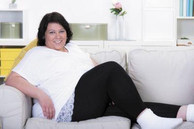 Vollschlanke Frau auf dem Sofa